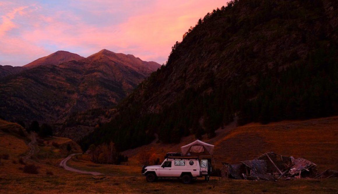 LOST TRACK Reiseblog Pyrenäen Spanien Toyota Land Cruiser offroad wild camping Andorra Pal Schmugglerroute Grenze Bergpass Bergtal Herbst Herbstimpressionen Almwiesen Piste Sonnenuntergang