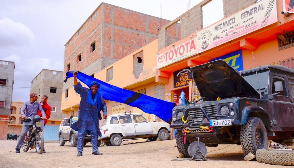 LOST TRACK Reiseblog Afrika Marokko Sahara Wüste Offroad 4x4 Toyota Landcruiser HZJ78 Garage Jaboud Challenge Zagora Vanlife Werkstatt Mechaniker fliegender Teppich